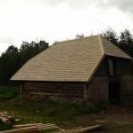 Laastukatusega kõrvalhoone Viljandimaal